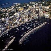 Foto Golfo di Napoli. Isola di Procida, Marina della Corricella dal cielo