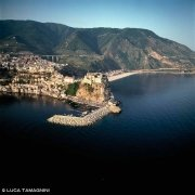Stretto di Messina, il borgo di Scilla dal cielo