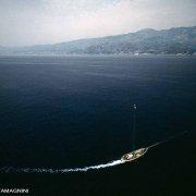 Stretto di Messina Barca Passerella per la pesca al pesce spada ripreso dall'elicottero