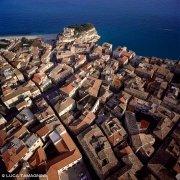 I tetti di Tropea a picco sul mare ripresi dal cielo