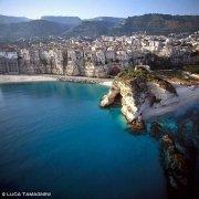La spiaggia e gli edifici di Tropea a picco sul mare visti dal cielo