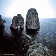 Faraglioni di Capri dal cielo con barca