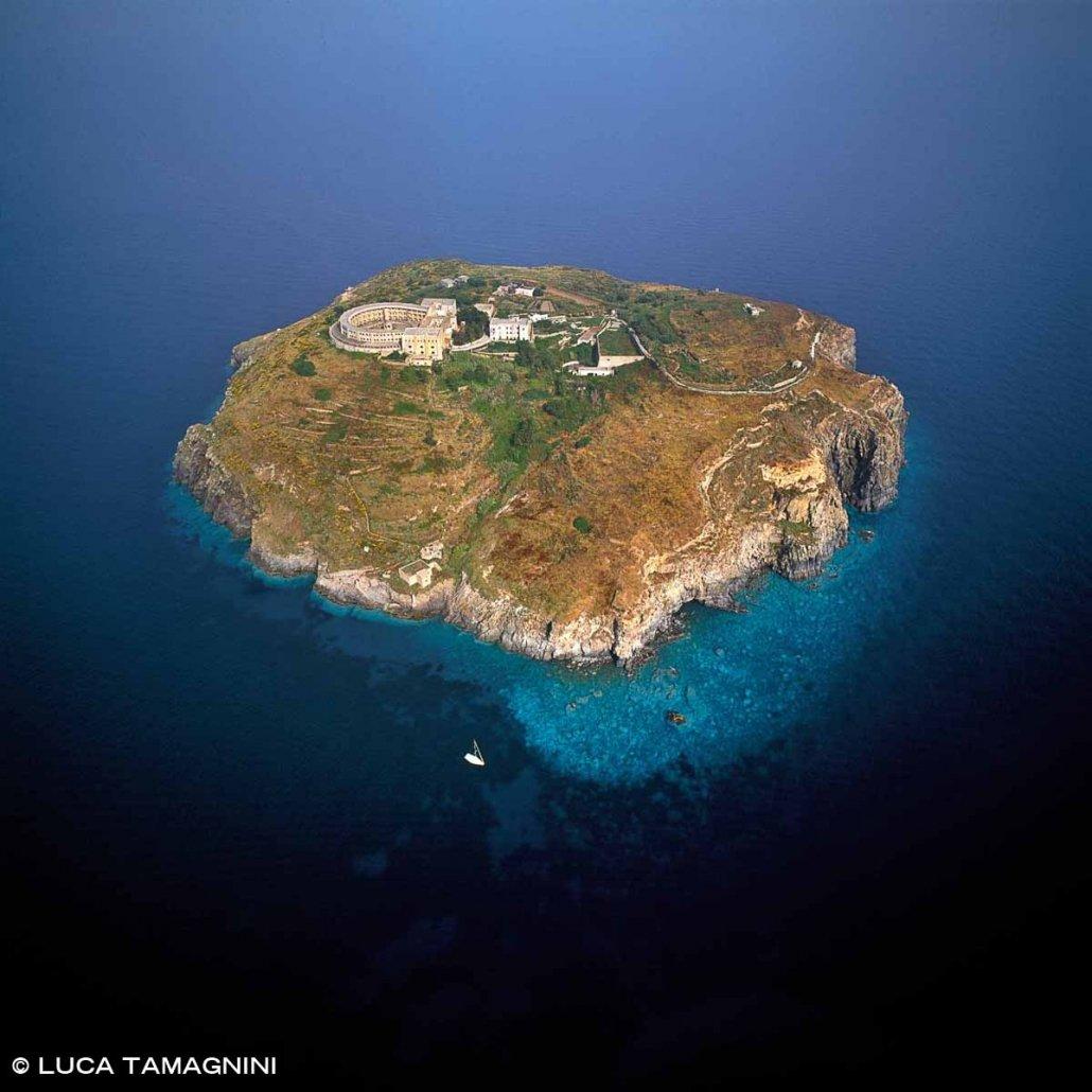 Isole Pontine, Santo Stefano dal cielo. L'isola carcere del Regno di Napoli. Foto aerea.