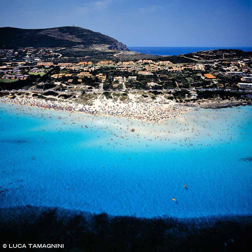 Sardegna, Stintino Spiaggia della Pelosa affollata piena di bagnanti dal cielo / Luca Tamagnini Catalogo 2000-002