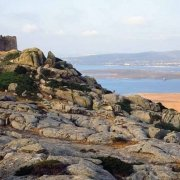 Isola dell'Asinara Fortezza del Castellaccio con mufloni sullo sfondo I Fornelli e Stintino / Luca Tamagnini Catalogo 2002-002