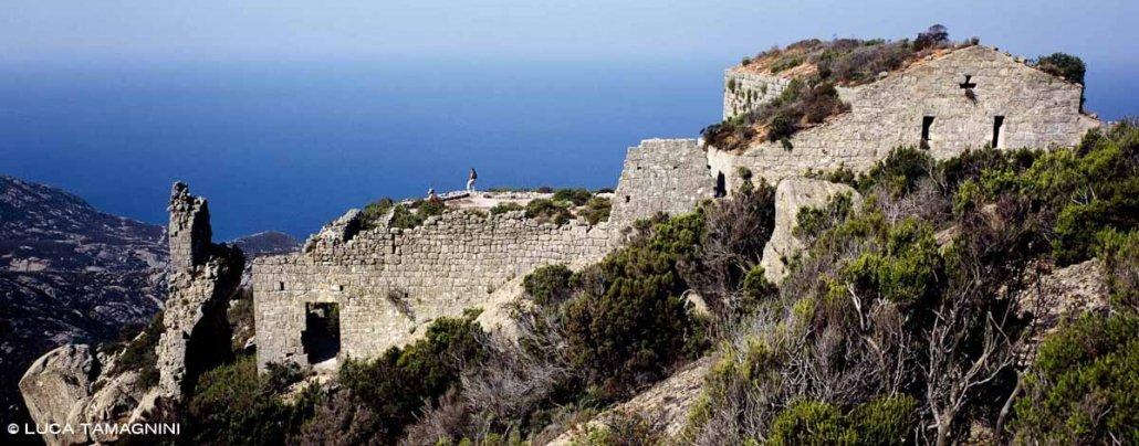 Isola di Montecristo, Rovine del Monastero di San Mamiliano sullo sfondo il mare