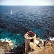 Capraia, Torretta al Bagno sullo sfondo il mare e una barca a vela