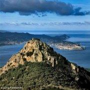 Foto Isola d'Elba. Castello di Volterraio, sullo sfondo Portoferraio / Luca Tamagnini Catalogo 2002-008