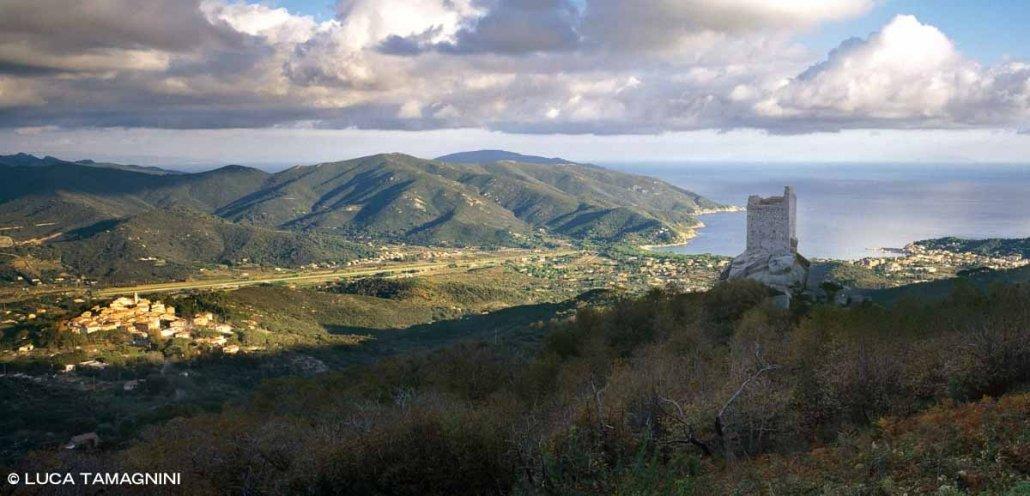Foto Isola d'Elba. Torre San Giovanni e il borgo di Sant'Ilario sullo sfondo la baia di Marina di Campo