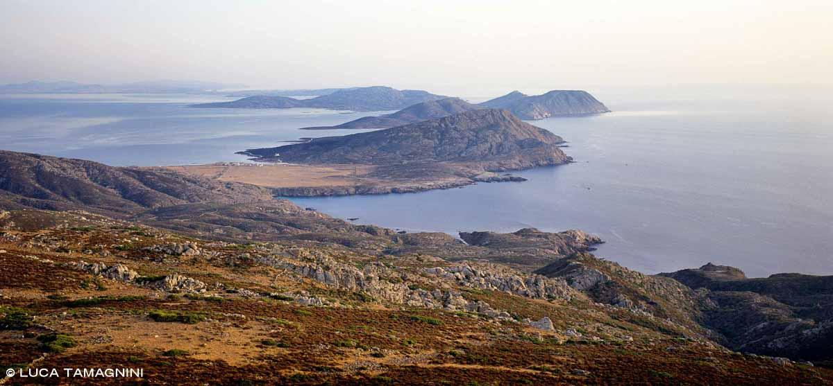 Isola dell'Asinara Punta Scominica vista della costa dell'isola nei due lati / Luca Tamagnini Catalogo 2002-016
