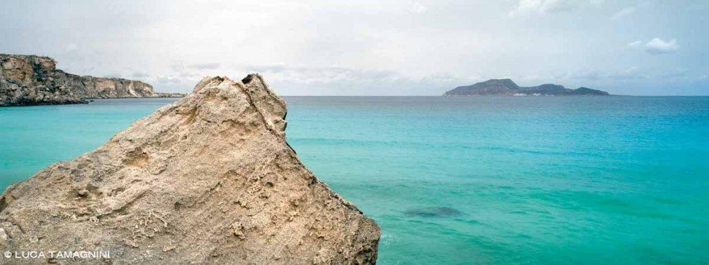 Isole Egadi Isola di Favignana Cala Rossa sullo sfondo il mare azzurro e l'Isola di Levanzo
