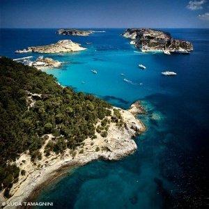 Isole Tremiti, la rada di mare turchese tra le isole di San Domino e San Nicola (foto aerea) dal cielo