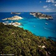 Isole Tremiti la baia color smeraldo tra le isole di San Domino e San Nicola dal cielo