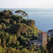 Portofino, la Chiesa di San Giorgio con il mare sullo sfondo fotografata da Castello Brown