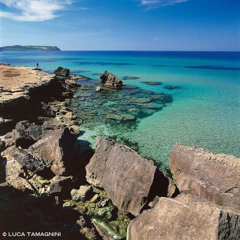 Sardegna, Penisola del Sinis San Giovanni di Sinis scogliera rocciosa con mare color smeraldo / Luca Tamagnini Catalogo 2004-015