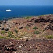 Isola di Linosa Cratere Monte Nero traghetto nel mare sullo sfondo
