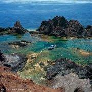 Foto Mare Sicilia. Isola di Linosa Faraglioni con gozzo in rada