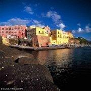 Ventotene, Porto Romano e il paese con i le mura molto colorate