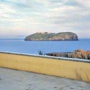 L'Isola di Santo Stefano vista da Ventotene muretto giallo in primo piano
