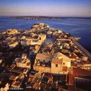 Siracusa Isola centro storico di Ortigia Piazza Duomo dal cielo la costa del Plemmirio sullo sfondo
