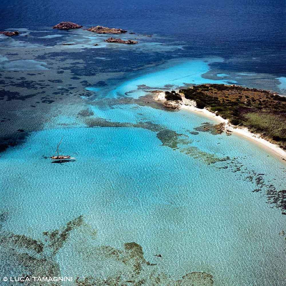 Isola di Budelli gozzo nella Rada del Cavaliere Porto Madonna dal cielo (foto aerea) (Foto Mare Sardegna / Catalogo Luca Tamagnini)