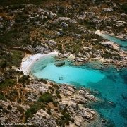 Arcipelago di La Maddalena, Isola di Caprera Cala Serena dal cielo (foto aerea) / Luca Tamagnini Catalogo 2005-019