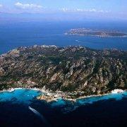 Isola di Spargi dal cielo sullo sfondo il mare delle Bocche di Bonifacio / Spargi / Catalogo 2005-024