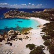 Arcipelago di La Maddalena, Isola di Budelli, Cala di Roto e la Spiaggia Rosa dal cielo / Luca Tamagnini Catalogo 2005-031