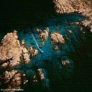 Arcipelago di La Maddalena, Isola di Razzoli scogli e gozzo dal cielo / Luca Tamagnini Catalogo 2005-035