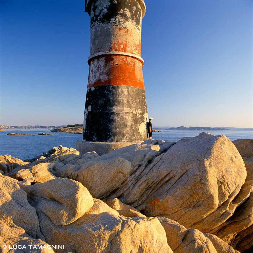 Arcipelago di La Maddalena, Isola di Barrettinelli di Fuori, piccolo faro, fanale tra i graniti / Luca Tamagnini Catalogo 2005-039