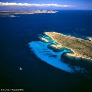 Costa Smeralda, Isola delle Bisce dal cielo sullo sfondo lontana l'Isola di Caprera