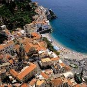 Amalfi, il Duomo il campanile e la spiaggia dal cielo