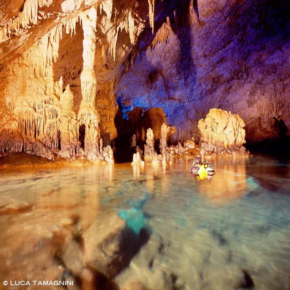 Nerano Grotta dello Zaffiro con subacqueo, stalattiti e stalagmiti