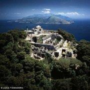 Capri, Villa Jovis dal cielo, sullo sfondo Punta Campanella nella Penisola Sorrentina