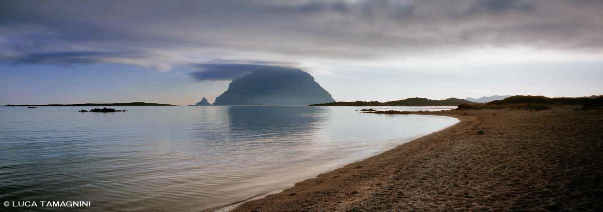 L'Isola di Tavolara vista dalla Spiaggia di Porto San Paolo / Luca Tamagnini Catalogo 2006-011
