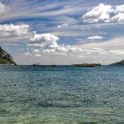 Sardegna, Isola di Tavolara e Isola di Molara, lontano sull'orizzonte il Relitto della nave Crisso / Luca Tamagnini Catalogo 2006-012