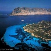 Isola di Molara, i bassi fondali detti Le Piscine dal cielo sullo sfondo Tavolara / Luca Tamagnini Catalogo 2006-021