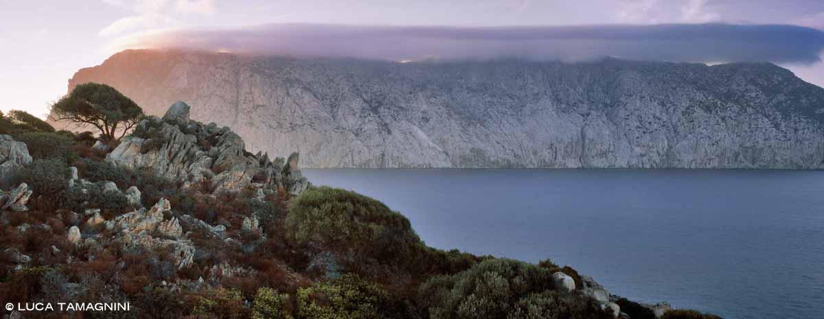L'Isola di Tavolara con una nuvola sulla cima della montagna vista da Molara / Luca Tamagnini Catalogo 2006-022