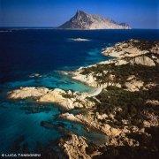 Sardegna, Cala Girgolu dal cielo sullo sfondo il mare e l'Isola di Tavolara / Luca Tamagnini Catalogo 2006-024