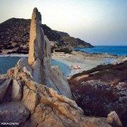 Sardegna, Villasimius, l'istmo di Punta Molentis, la spiaggia dopo il tramanto in primo piano una guia di granito