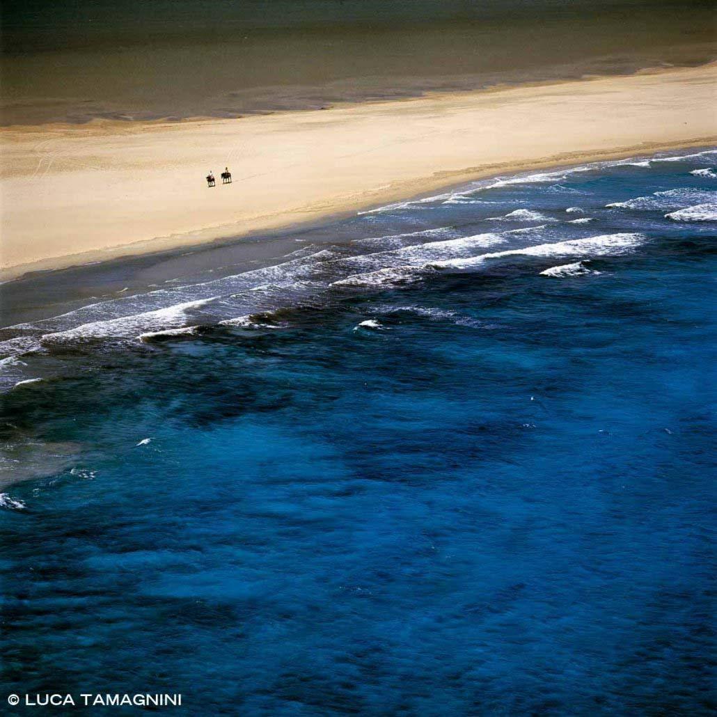 Sardegna, Villasimius cavalli con cavalieri sulla Spiaggia Timi Ama e mare di Porto Giunco