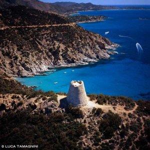 Torre di Capo Boi e Cala Pisanu dal cielo sullo sfondo il mare e la costa di Villasimius (foto aerea)