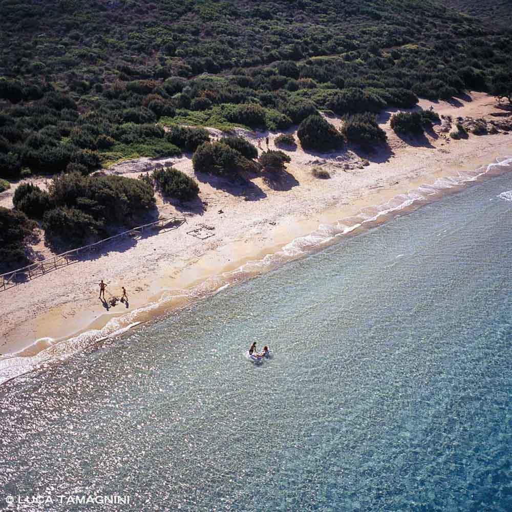 Sardegna, Spiaggia di Capo Coda Cavallo con alcuni bagnati (foto aerea)