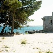 Vendicari Borgo e Torre Sveva con il mare sullo sfondo