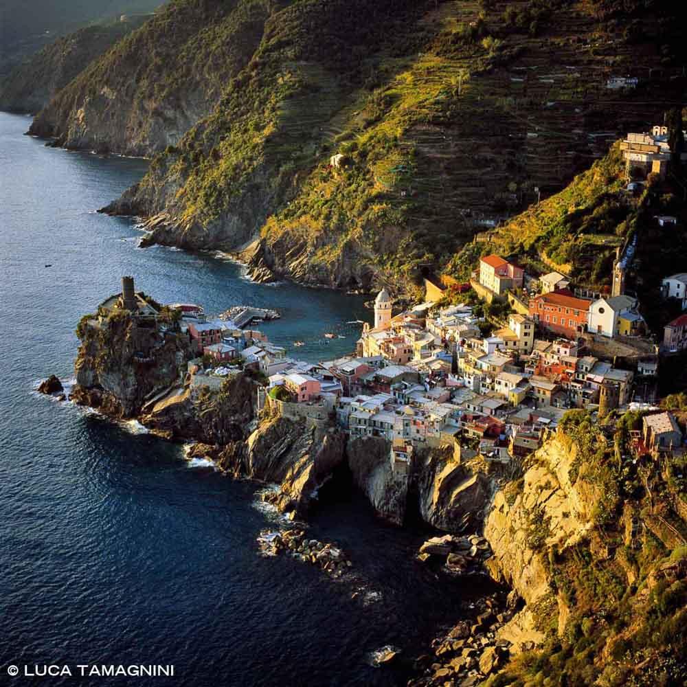 Foto Mare Liguria. Cinque Terre, Vernazza dal cielo