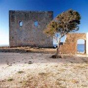 Vendicari Torre Sveva e il mare sullo sfondo