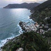 Cinque Terre Vernazza dal cielo al crepuscolo sullo sfondo Punta Mesto