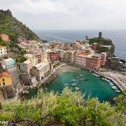 Cinque Terre, il porticciolo e l'intero borgo di Vernazza sullo sfondo il mare e la linea dell'orizzonte