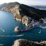 Portovenere dal cielo. Foto aerea del Canale di Portovenere. Sullo sfondo il Golfo di La Spezia