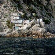 Cinque Terre, ricoveri di pescatori sulle rocce in riva al mare nei pressi dello Scoglio Ferale